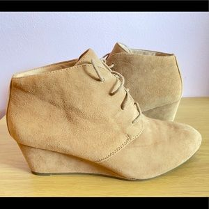 Vionic Becca Tan Lace Wedge Booties Size 7